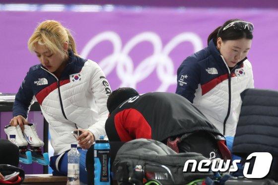 [사진]고개 숙인 女 팀추월