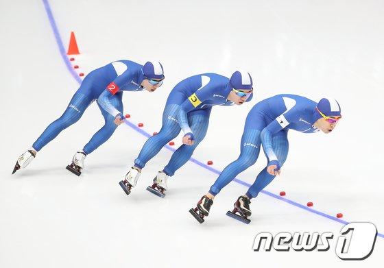 [사진]힘차게 질주하는 남자 팀추월 대표팀
