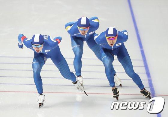 [사진]질주하는 男팀추월 '은메달 차지'