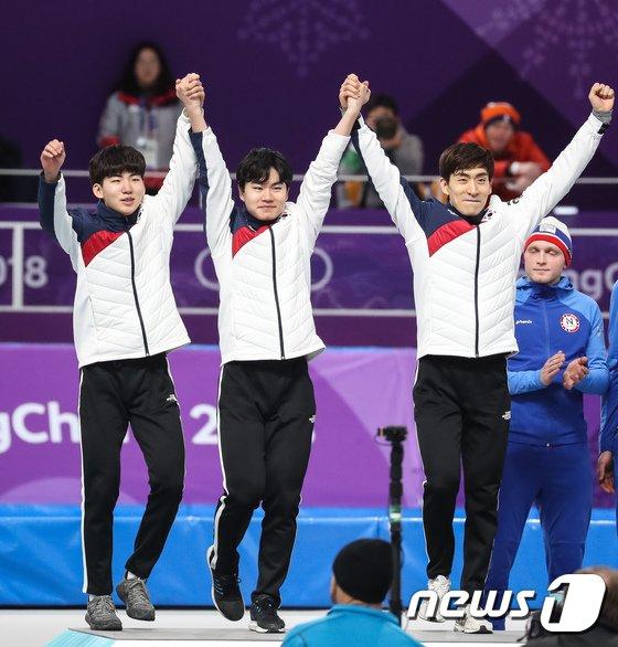 [사진]끈끈한 팀워크로 은메달 차지한 빙속 남자 팀추월