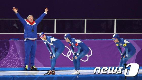 [사진]결승선 통과하는 대한민국 남자 팀추월 '값진 은메달'