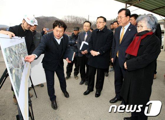 [사진]현장서 고충민원 청취하는 박은정 국민권익위원장