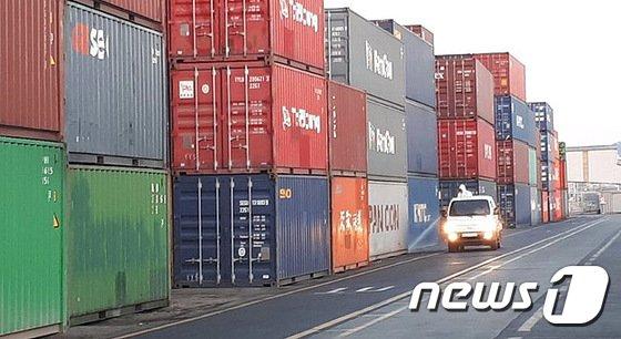 [사진]인천항 붉은불개미 확산 방지 방역중