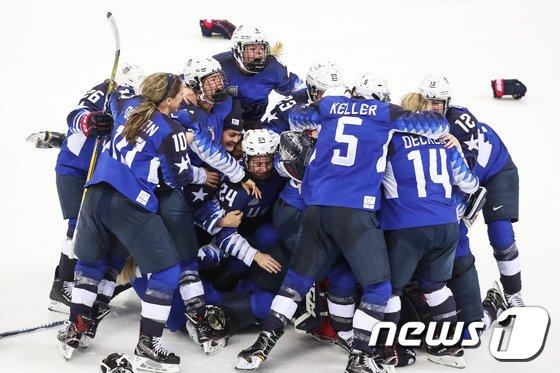 [사진]환호하는 미국 여자 아이스하키 대표팀