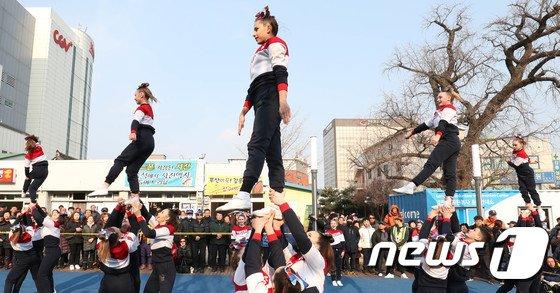 [사진]강릉 시민 이목 사로잡는 치어리딩 퍼포먼스