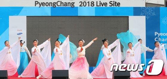 [사진]강릉 월화거리서 공연 펼치는 DMZ세계평화자원봉사단