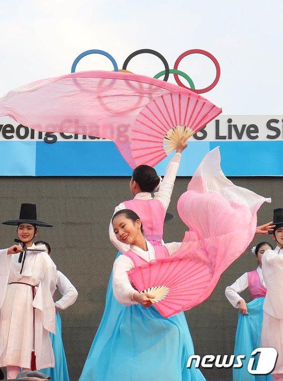 DMZ세계평화자원봉사단원들이 22일 오후 강원도 강릉시 월화거리 라이브사이트에서 문화올림픽 전통연합공연을 펼치고 있다. 2018.2.22/뉴스1 © News1 고재교 기자