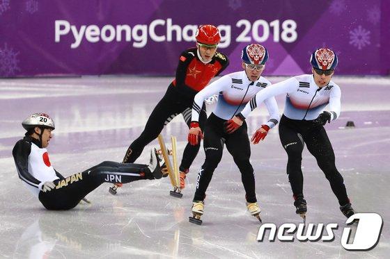 [사진]나란히 결승선 통과하는 황대헌-임효준