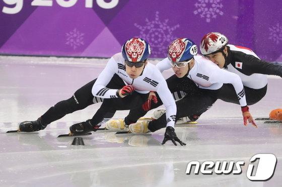 [사진]결승 위한 힘찬 질주하는 황대헌-임효준