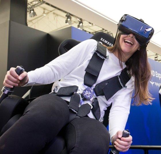 MWC 2018 삼성전자 전시장에서 '기어 VR'을 체험하는 모습 /사진=삼성전자