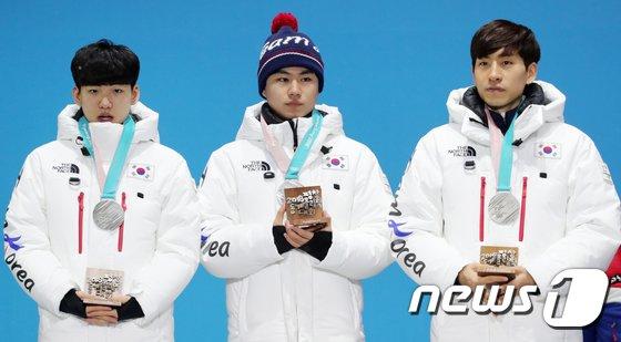 [사진]스피드 스케이팅 팀추월 대표팀 '자랑스런 은메달 목에 걸고'