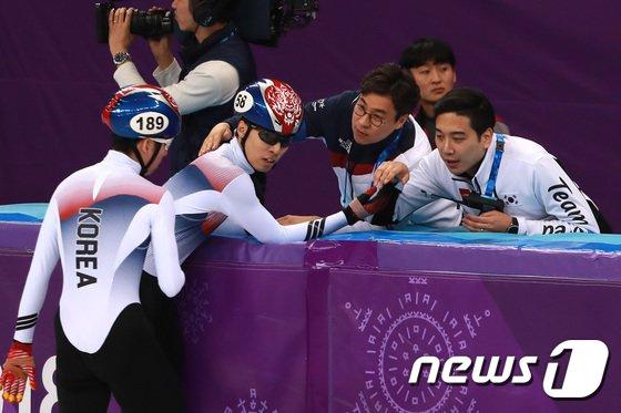 [사진]황대헌 '은메달 땄어요'