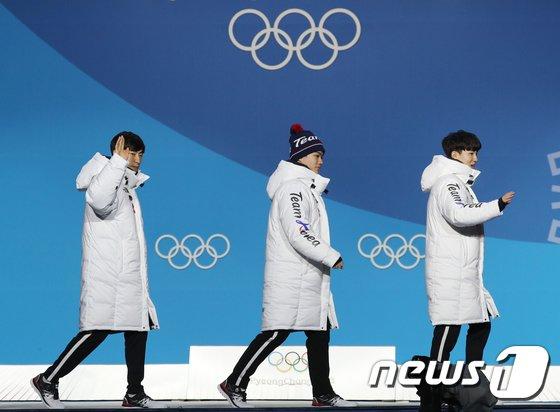 [사진]손 흔들며 시상식 들어서는 이승훈·김민석·정재원