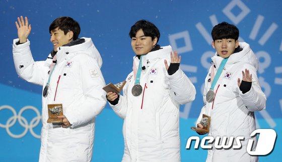 [사진]은메달 받은 스피드 스케이팅 대표팀 '화기애애'