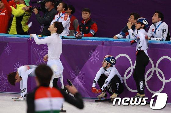 [사진]고개 떨군 남자 쇼트트랙 대표팀