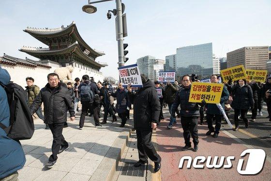 [사진]김영철 방남 규탄, 청와대 향하는 천안함 유족회