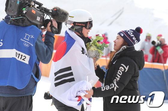 [사진]배추다발 받은 이상호 '설상 첫 메달 축하해'