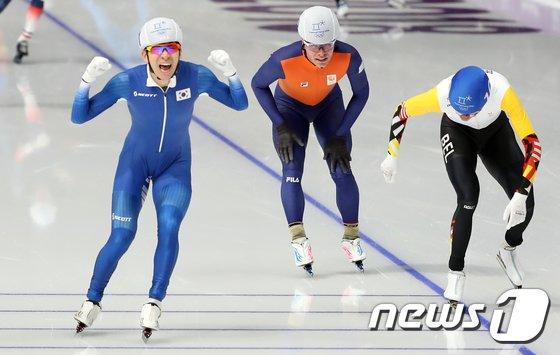 [사진]이승훈 '매스스타트 금메달 순간'