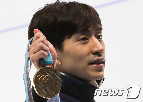 [사진]이승훈 '빛나는 금메달 보세요'