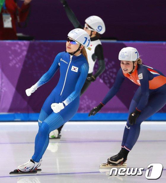 [사진]김보름 '은메달 땄어요'