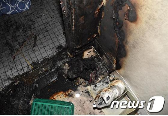 24일 오후 서울 용산구의 한 주택에서 발생한 화재 현장(서울 용산소방서 제공)© News1