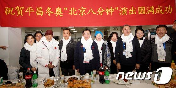 ㈔K-정나눔(이사장 엄창섭)은 지난 25일 가톨릭관동대에서 열린 2018 평창올림픽 폐회식 '베이징 8분 공연' 성공 축하연회에서 중국 동계올림픽 관계자들에게 목도리를 선물했다. (㈔K-정나눔 제공) 2018.2.26/뉴스1 © News1 서근영 기자