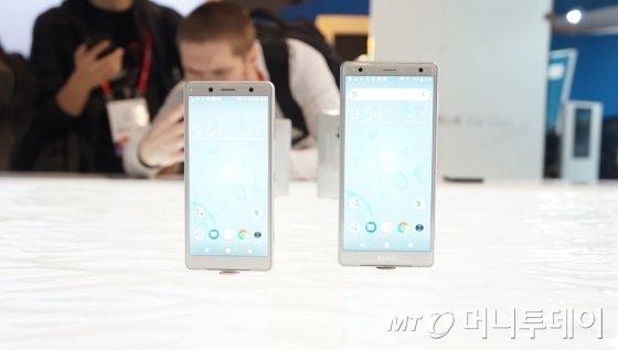 '엑스페리아 XZ2 콤팩트'(왼쪽)와 '엑스페리아 XZ2'. /사진=서진욱 기자.