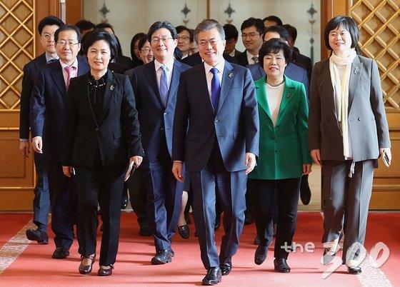 문재인 대통령이 7일 오후 청와대에서 여야 5당 대표와 오찬 회동을 하기 위해 함께 이동하고 있다. /사진 제공=청와대