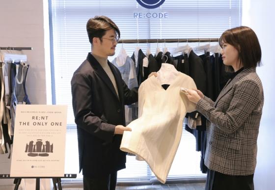 '래;코드(RE;CODE)'의 옷 대여 서비스 이미지/사진제공=코오롱인더스트리FnC부문