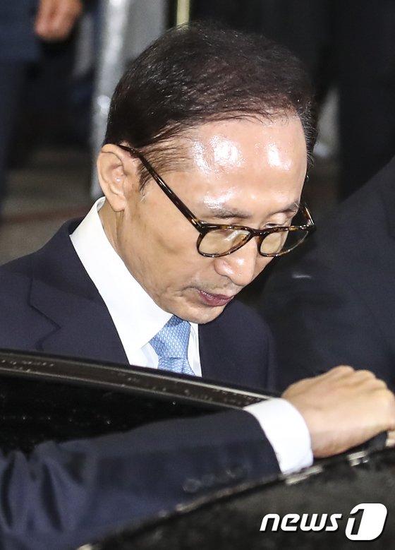 [사진]중앙지검 나서는 이명박 전 대통령