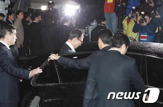 [사진]검찰 조사 마치고 차량 탑승하는 이명박