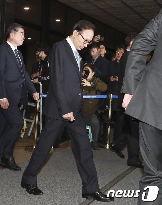 [사진]검찰 나서는 이명박 전 대통령