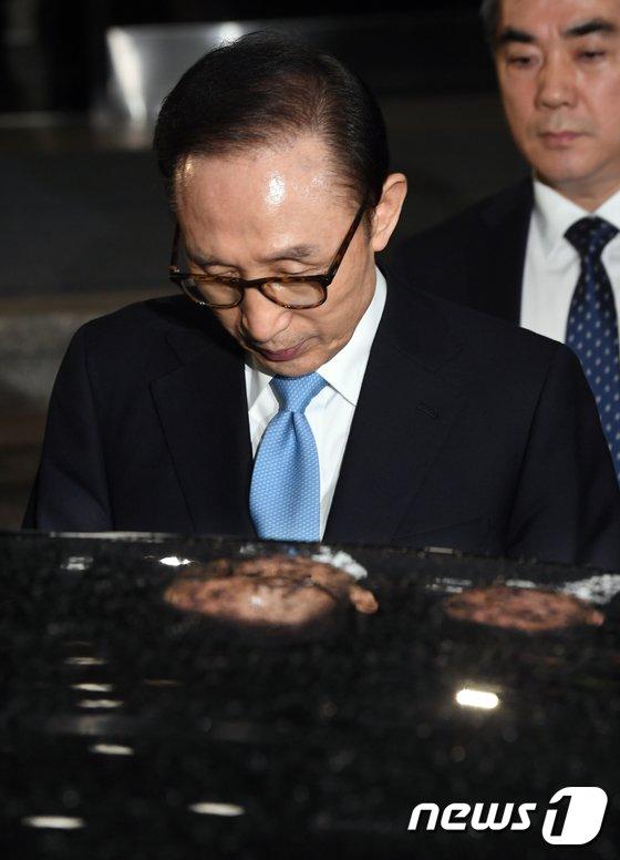 [사진]'21시간 검찰 조사 마친 MB'