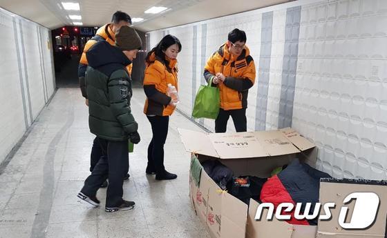 서울시 직원들이 지난 겨울 용산역에서 노숙인 상담활동을 펼치는 모습.(서울시 제공) © News1