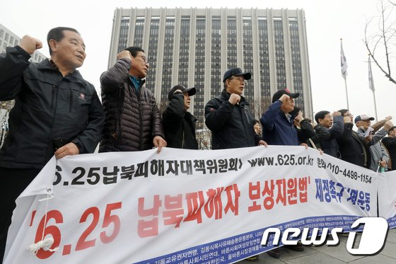 [사진]정부서울청사 앞에 선 납북피해자 가족들