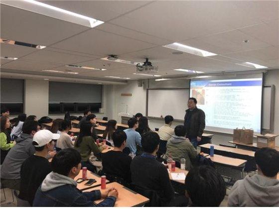 지난 15일 숭실대학교에서 열린 '바른취업스쿨 5기'에서 배헌 더와이파트너스 대표가 인사말을 하고 있다/사진제공=더와이파트너스