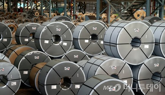 도널드 트럼프 미국 대통령이 8일(현지시간) 수입산 철강과 알루미늄 제품에 각각 25%, 10%의 관세 부과에 서명했다. 9일 포스코 포항제철소 내 열연코일 공장에서 생산된 제품이 출하를 기다리고 있다. 이번 조치는 서명일로부터 15일 후인 23일 발효된다. 모든 국가에 관세가 부과되며 캐나다와 멕시코산은 관세 부과 대상국에서 제외됐다.2018.3.9/뉴스1  <저작권자 © 뉴스1코리아, 무단전재 및 재배포 금지>