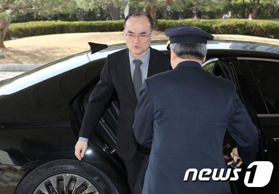 [사진]차에서 내리는 문무일 검찰총장