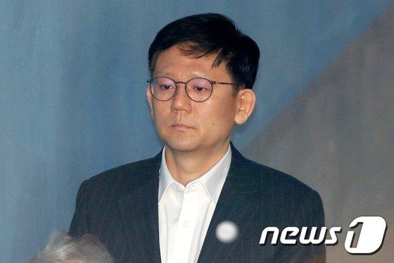 [사진]법정 향하는 장호중 전 부산지검장