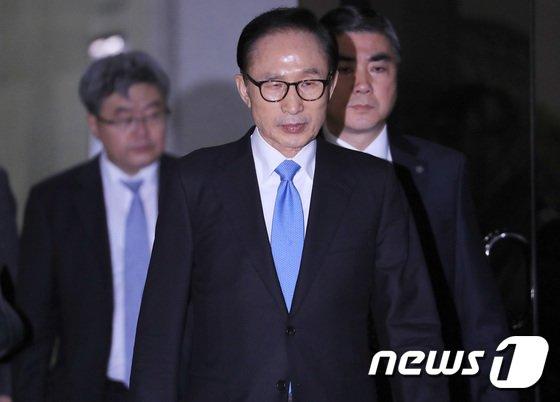 '뇌물수수·횡령·조세포탈' 등의 혐의를 받고 있는 이명박 전 대통령. 2018.3.15/뉴스1 © News1 이재명 기자