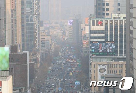 12일 오후 서울 광화문광장 일대가 미세먼지로 뿌옇게 보이고 있다.  2018.3.12/뉴스1 © News1 신웅수 기자
