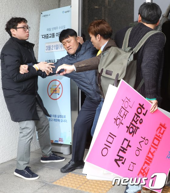 [사진]선거구 획정 '몸싸움'