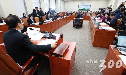 20일 오전 서울 여의도 국회에서 열린 환경노동위원회 전체회의에서 홍영표 위원장이 의사봉을 두드리고 있다. /사진=이동훈 기자