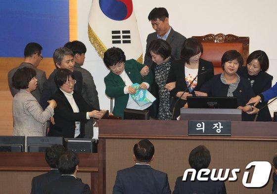 [사진]'선거구 획정 논란' 난장판 된 서울시의회 본회의