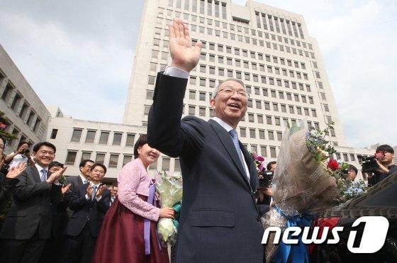 양승태 대법원장이 22일 오전 서울 서초구 대법원에서 열린 퇴임식을 마치고 차량에 오르기 전 직원들에게 마지막 인사를 건네고 있다.2017.9.22/뉴스1 © News1 신웅수 기자