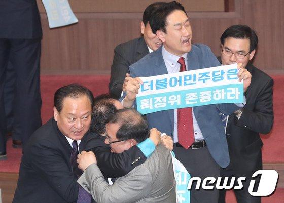 [사진]선거구 획정으로 난장판 된 서울시의회