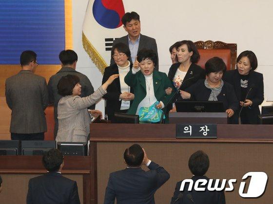 [사진]선거구 획정안에 난장판 된 서울시의회