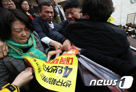[사진]서울시의회 '일촉즉발 몸싸움'