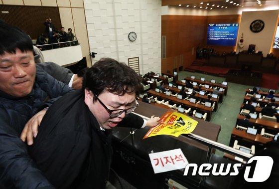 [사진]끝내 무산된 4인 선거구