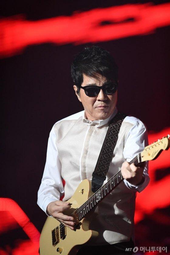 4월 평양 무대에서 조용필은 기타를 메지 않고 보컬에 집중한다. /사진제공=YPC프로덕션